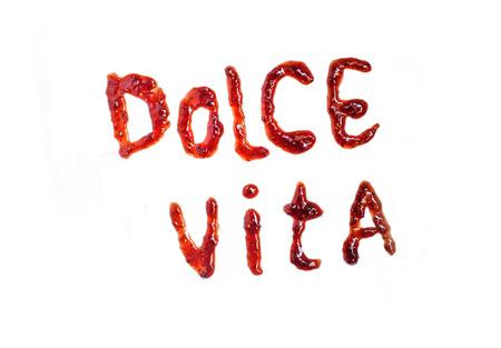 "mermelada: frase italiana ""dolce vita"" (dulce vida) ortografía con mermelada. Aislada"