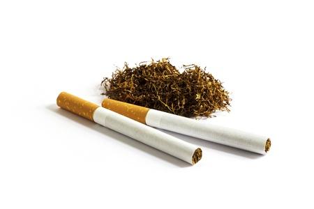 sustancias toxicas: Dos cigarrillos y el tabaco con el fondo blanco
