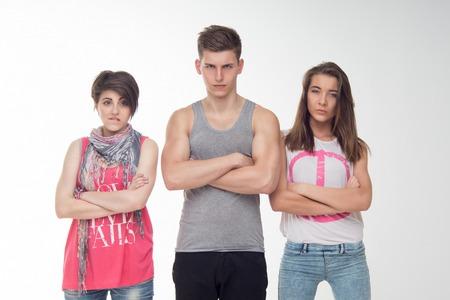 desprecio: Cintura-up retrato de dos muchachas adolescentes atractivas y un ni�o que parece enojada, con desconfianza, con desprecio. Aislado en el fondo blanco.