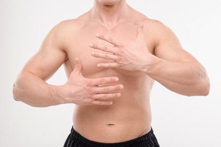 homme nu: Close up portrait d'une forte torse masculin avec les mains Banque d'images