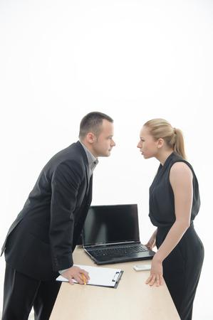waistup: Waistup retrato de colegas j�venes atractivas hablando de algo, con el argumento de la mesa con el ordenador port�til y portapapeles, aislados en blanco