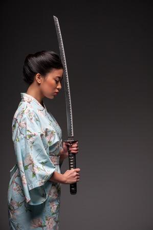 Japanese kimono girl: Người phụ nữ Nhật Bản với katana