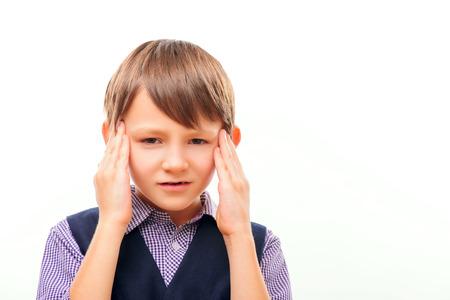 dolor de cabeza: Lindo ni�o que sufre de dolor de cabeza