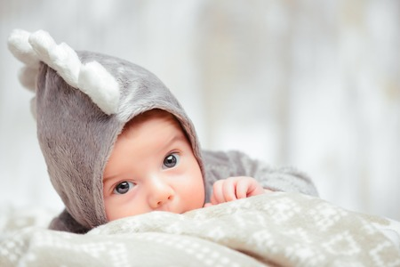 bebes: Pequeño bebé adorable en un traje divertido