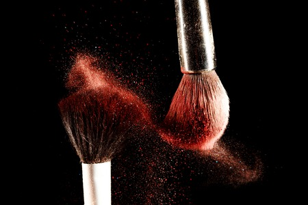 mujer maquillandose: Cepillo y un polvo repartidos