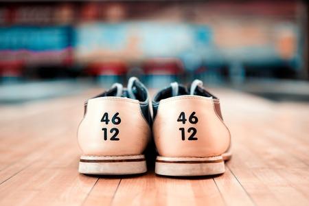 bolos: Calzado Bowling. Primer plano de los zapatos de bowling acostado en la bolera