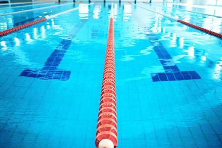 nadar: Carril de la piscina. Primer plano de la fila de carriles en la piscina
