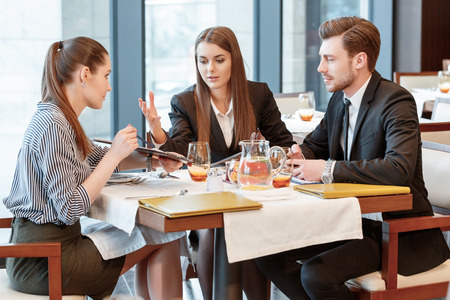 female business: Totally disagree. Business managers have an active discussion of the business data during the lunch at the restaurant