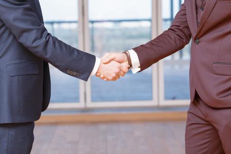 buen trato: Apretón de manos. Primer apretón de manos de hombres de negocios que tienen una buena oferta