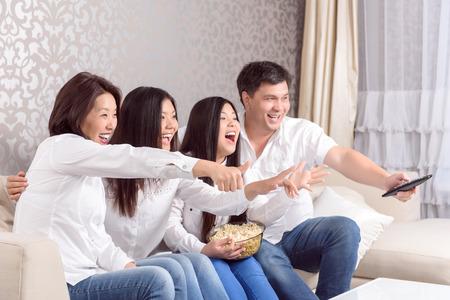 asian home: Momento emozionale. Asian visione di film insieme a casa di famiglia Archivio Fotografico