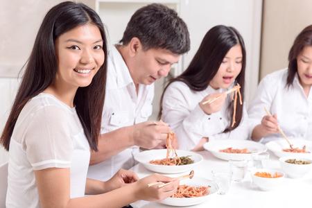 hombre cocinando: Almuerzo familiar. Familia asiática en almorzando juntos moderna