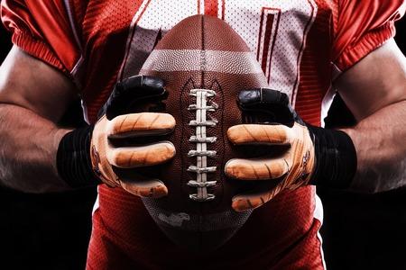 pelota rugby: Preparación de último minuto. Cierre de la pelota de rugby en sportsmans tomados de la mano en frente de él, mientras que va a jugar.