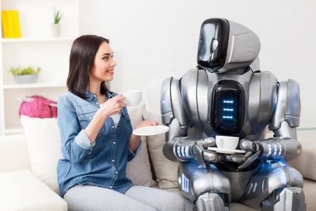 喜びの時間を過ごします。元気喜んでコーヒーを飲むと、ニースの議論は話をしながらロボットとソファで休んで美しい少女