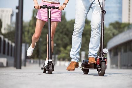 passar um tempo agradável. amigos agradáveis ??usando scooter ao montá-lo e descansando juntos
