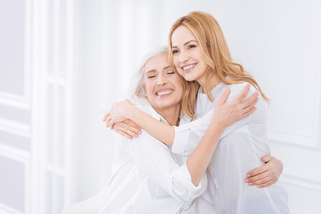 Angenehme Frau und ihre Mutterumfassung