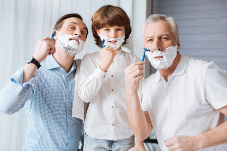 Leuke blije familie die samen scheert Stockfoto