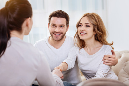 心理学者の手を握ってうれしそうな若い女性