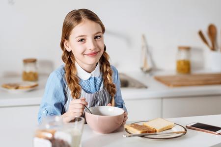 potěšen: Krásná dívka vypadá potěšen při snídani