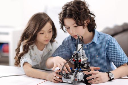 Niños inteligentes que trabajan con tecnologías modernas Foto de archivo