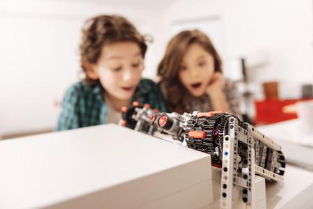 Se preguntaron niños mirando robots en el estudio de ciencias