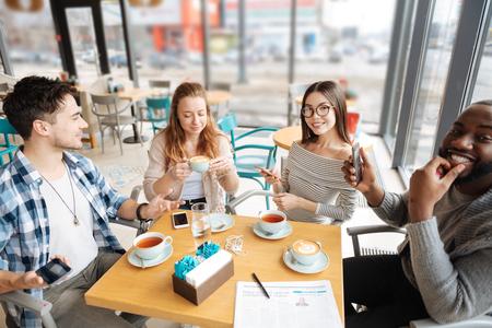 국제 카페에 앉아