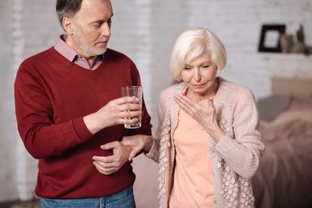 高齢者の女性彼女の夫の近く悪い感じ