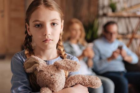 落ち込んでいる小さな女の子家に悲しみを表現します。