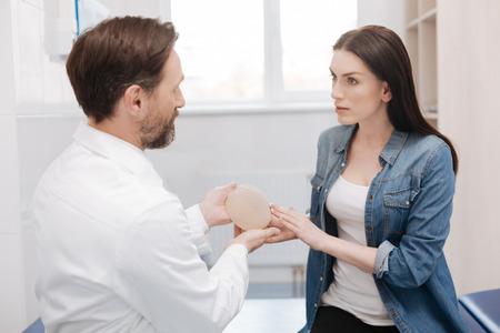 현명한 훌륭한 여성이 성형 외과의 세부 사항에 대해 묻기