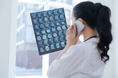 研究所の x 線のイメージを議論する忙しい腫瘍 写真素材 - 79672971