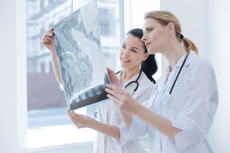 Neurólogos interesados ??que analizan la foto de tomografía en el laboratorio médico