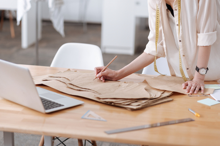 드레스 패턴에 쓰는 여성 손