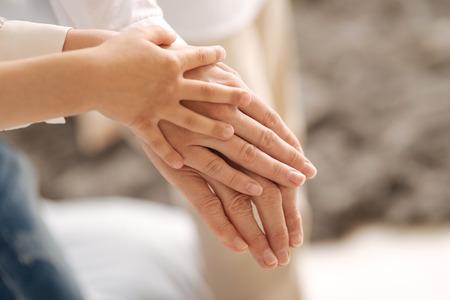 mains féminines savoureuses de trois générations