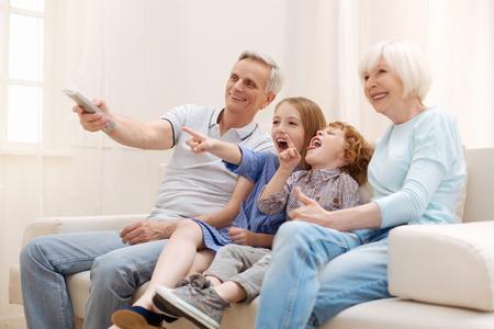 自分の孫と素敵な週末を持っている肯定的な感動的なカップル