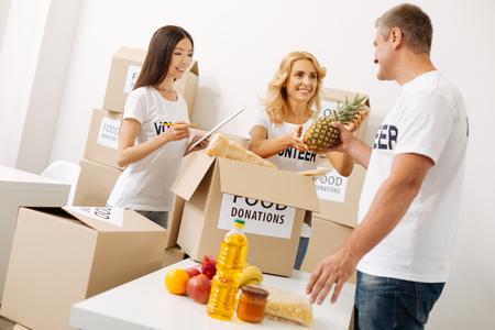 generosidad: Gente trabajadora y trabajadora preparando un envío de suministros