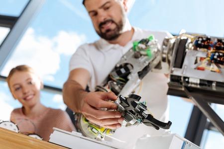 Aangename man die de prestaties van het handmechanisme controleert