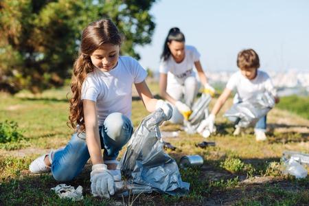 Blij meisje dat in vrijwilligersgroep werkt