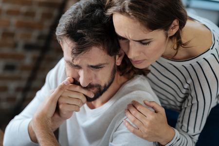 彼氏を抱いて楽しい思いやりのある女性