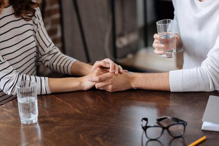 Cerca de las manos de las parejas se mantienen juntos