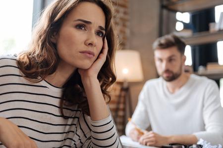Deprimierte freudlose Frau, die an ihre Probleme denkt Standard-Bild - 83567016