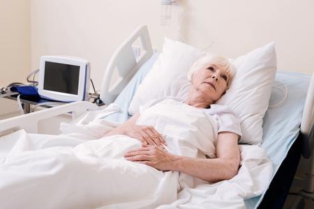 Mujer preocupada vulnerable sintiéndose sola en el hospital Foto de archivo - 83630857