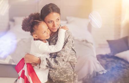 幸せな母と娘の部屋で抱きしめる 写真素材