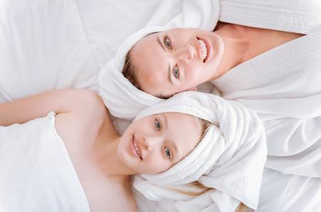 Bovenaanzicht foto van gelukkige moeder en dochter