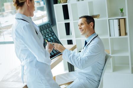 脳波について語るジョイフルプロフェッショナル神経科医