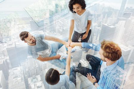 relaciones laborales: Vista superior de jóvenes profesionales