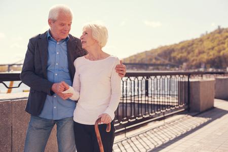 Reizende ältere Paare, die auf der Brücke verpfänden Standard-Bild