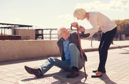 caring femme âgée aidant son mari se lève