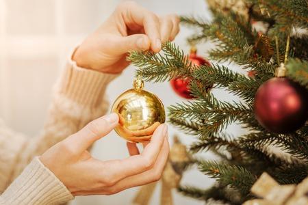 크리스마스 트리를 장식하는 여자의 가까이 스톡 콘텐츠