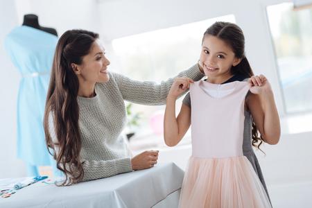 Positief jong meisje dat gelukkig over de kleding is Stockfoto - 88568502