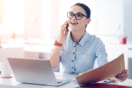 예쁜 사업가 전화로 대화 중 흥분 점점