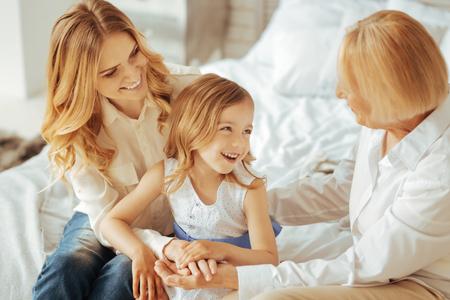 家族関係幸せな喜びかわいい女の子は笑顔と彼女の家族と一緒に時間を過ごしながら楽しんでいます